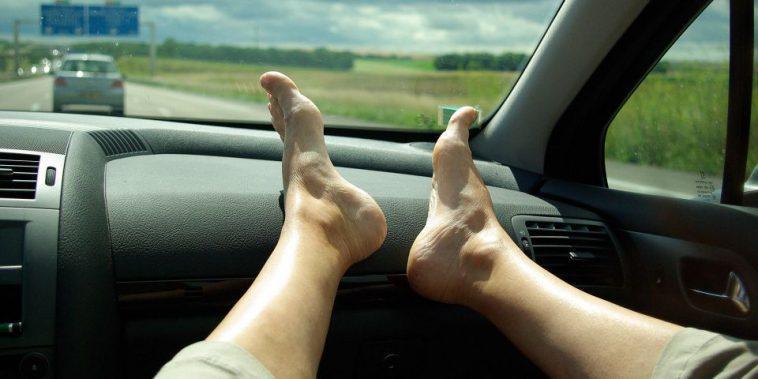 Να γιατί δεν πρέπει να βάζουμε τα πόδια στο ταμπλό του αυτοκινήτου
