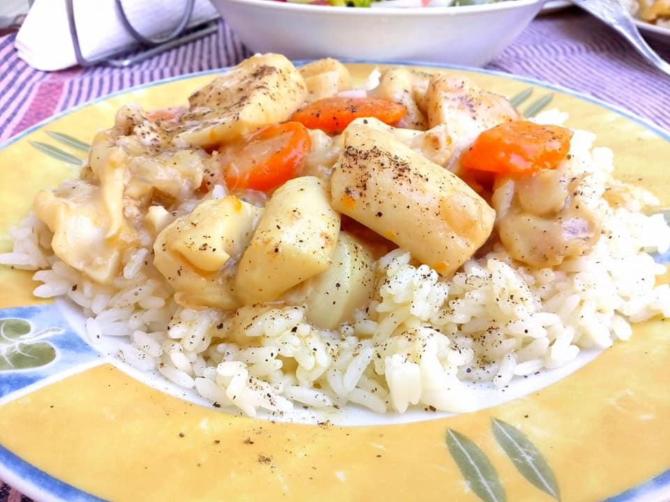 Σουπιές λεμονάτες με κίτρινο ρύζι
