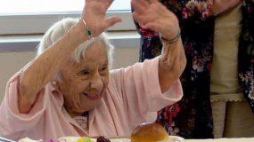 Γιαγιά 107 ετών δίνει τις αποδείξεις που περιμέναμε! «Το μυστικό μακροζωίας είναι πως δεν παντρεύτηκα»