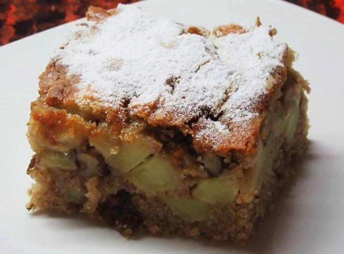 Ζουμερό κέικ μήλου με κομμάτια μήλου και καρύδια