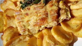 Κοτοπουλάκι στην σχάρα με σπέσιαλ πατατούλες και γευστική σως
