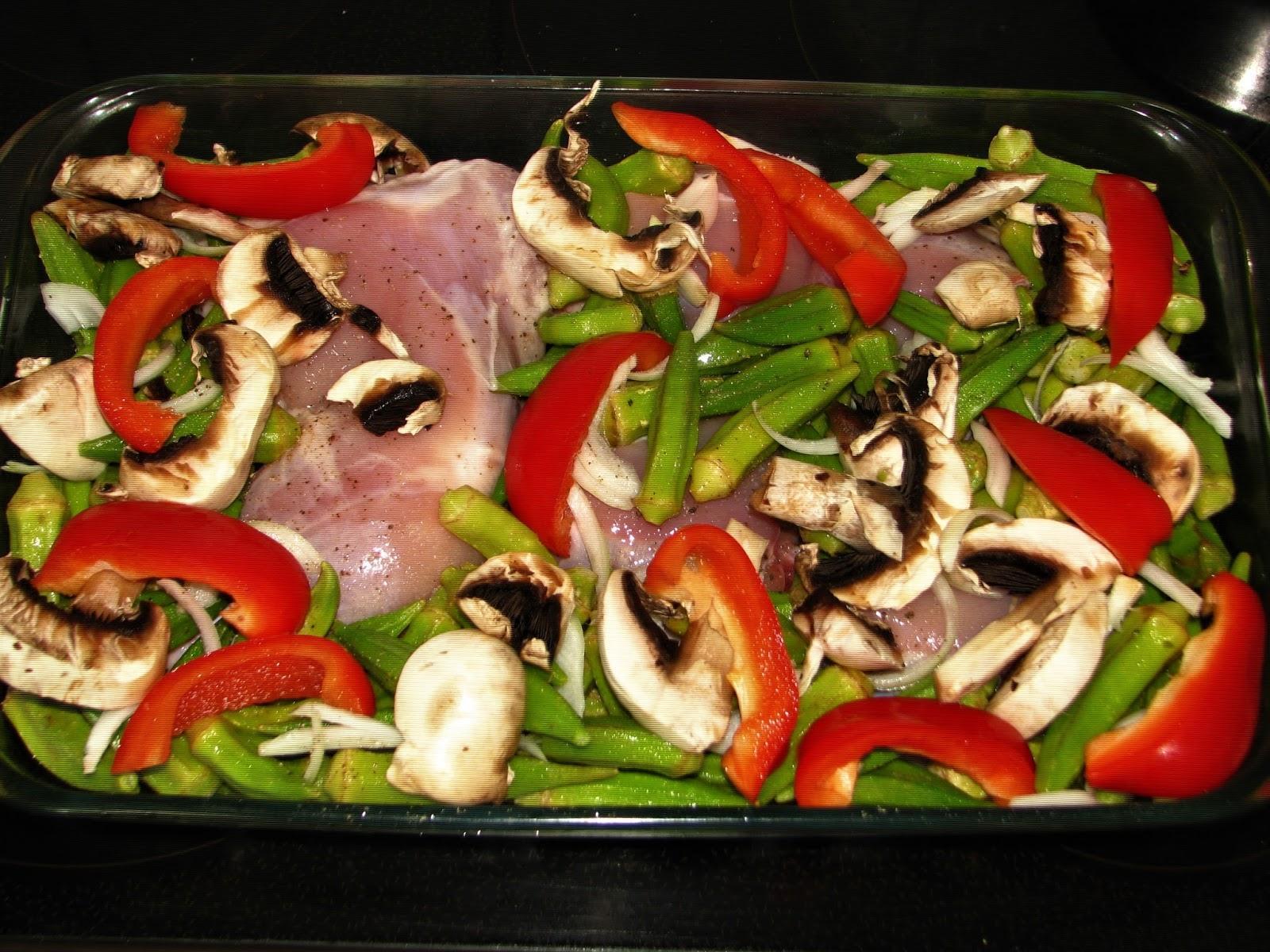 Το τέλειο οικογενειακό φαγητό: Κοτόπουλο με μπάμιες και μανιτάρια στο φούρνο!