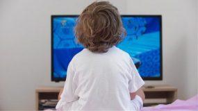Πως ο χρόνος μπροστά στις οθόνες κανει τα παιδιά να φέρονται απαίσια