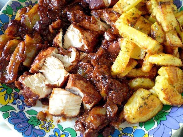 Τηγανιά κοκκινιστή με κοτόπουλο και πατάτες σαν τηγανιτές σκέτη νοστιμιά!