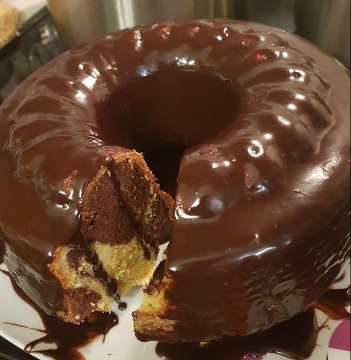 Ανάμεικτο κέικ με γλάσο σοκολάτας για το πρωινό και το καφεδάκι μας