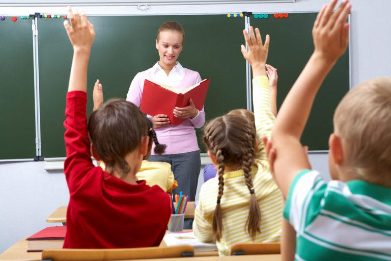"""Ποιοι συμβάλουν και με ποιον τρόπο στο να εξελιχθεί ένα παιδί σε """"καλό μαθητή"""";"""