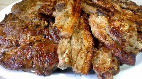 Οικογενειακή υπόθεση: Κοτόπουλο και μπριζόλες στα κάρβουνα με την πιο γευστική μαρινάρα