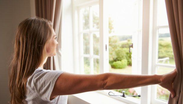 Ο λόγος που πρέπει να ψεκάζετε με ξύδι γύρω από τα παράθυρα! Πραγματικά θα σας σώσει