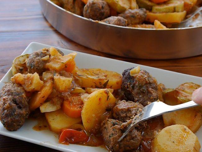 Σουτζουκάκια με λαχανικά & πατάτες στο φούρνο - Amazing recipe-Kebap im Blech