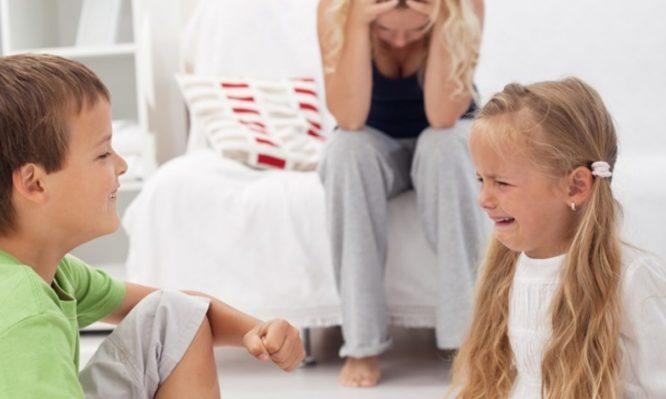 """Η πίεση των γονέων να είναι """"τέλειοι γονείς"""" και η εξουθένωση προκαλούν γονική αμέλεια, βiα και τάσεις φυγής"""