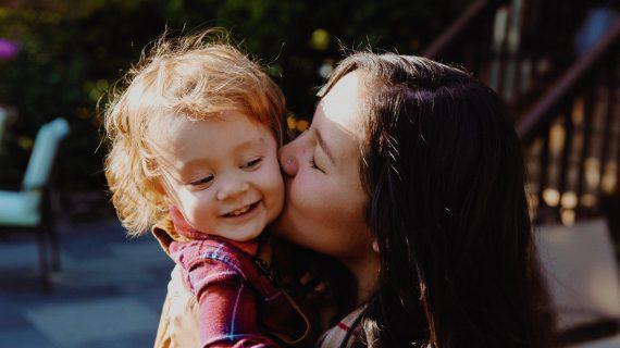 Πόσες φορές δεν αισθάνθηκες ότι κάτι λάθος κάνεις με το παιδί σου, ενώ οι άλλες τα κάνουν όλα σωστά;