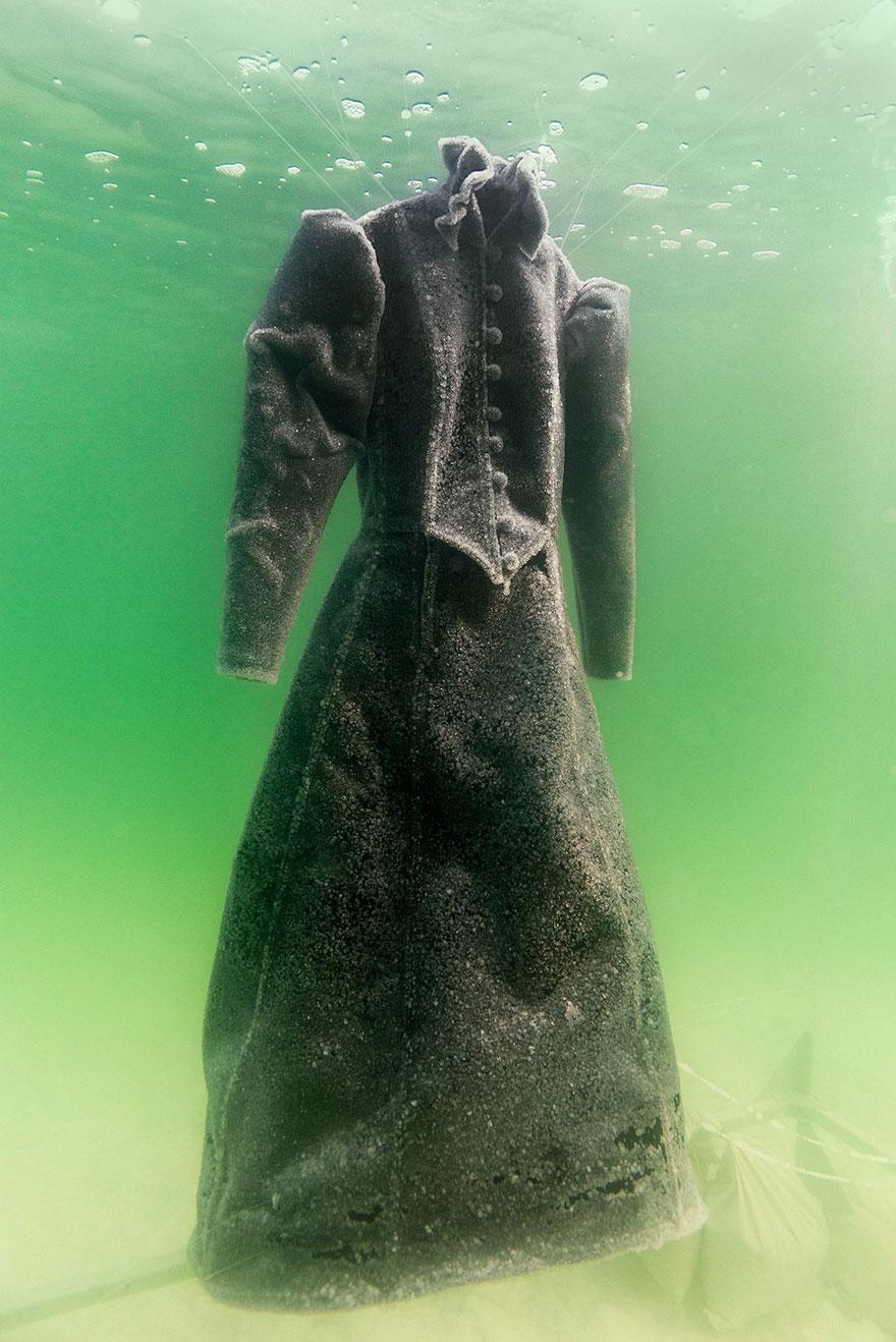 Βύθισε ένα φόρεμα για 2 χρόνια στη Νεκρά Θάλασσα σήμερα είναι ένα κρυστάλλινο αριστούργημα