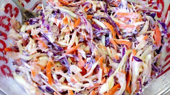 Σαλάτα με λάχανο και καρότο συνοδευόμενο με φανταστικό dressing