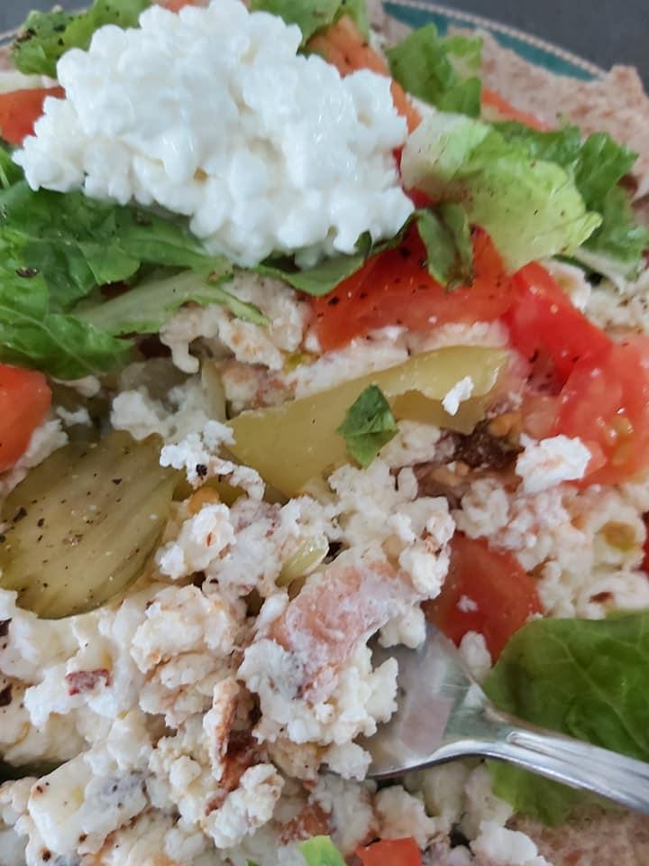 Ομελέτα με ασπράδια αυγών τριμμένο τυρί και λαχανικά