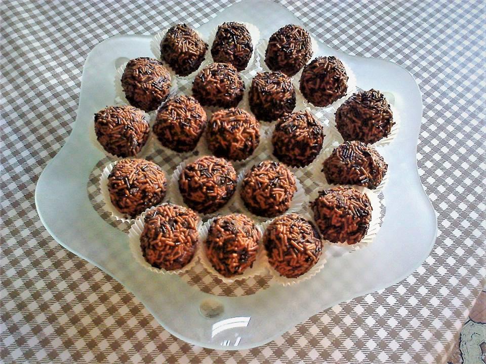Σπιτικά τρουφάκια σοκολάτας με ξηρούς καρπούς!