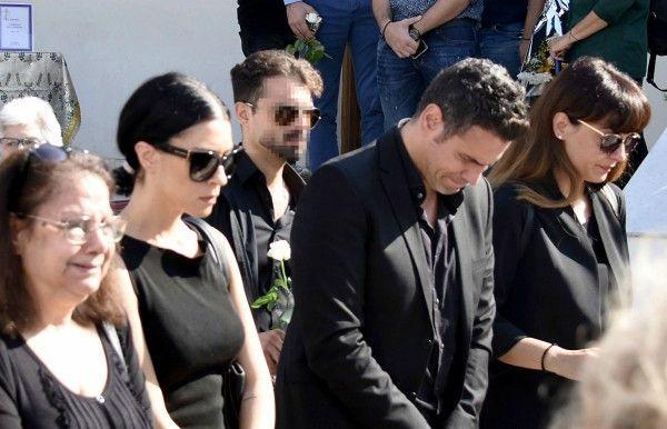 Δημήτρης Ουγγαρέζος: Το τελευταίο αντίο στην κηδεία της μητέρας του