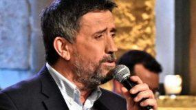 Δεν το πίστευε ούτε ο Παπαδόπουλος: Πήγε στο «Στην Υγειά μας» ο τραγουδιστής που δεν εμφανίζεται ποτέ σε εκπομπές (εικόνα)