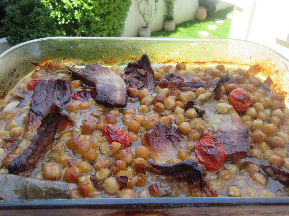 Ρεβίθια στον φούρνο με χοιρινή πανσέτα και λαχανικά