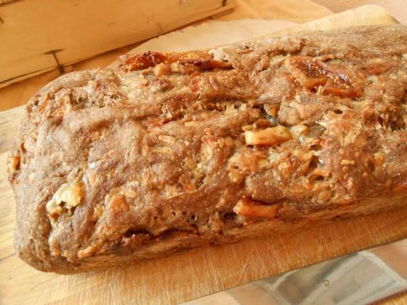 Υγιεινό τυρόψωμο με αλεύρι ολικής άλεσης, καρύδια, ξερά σύκα και γραβιερα-Wholemeal pizza bread with walnuts and dried figs!!!