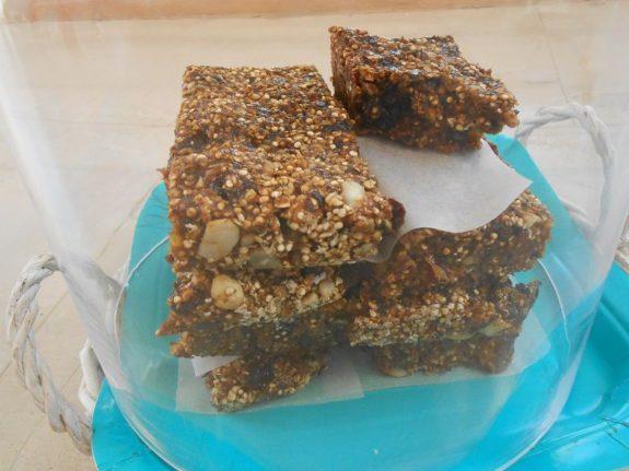 Υγιεινές μπάρες granola με δαμάσκηνα και κινόα-Granola bars with plums and quinoa