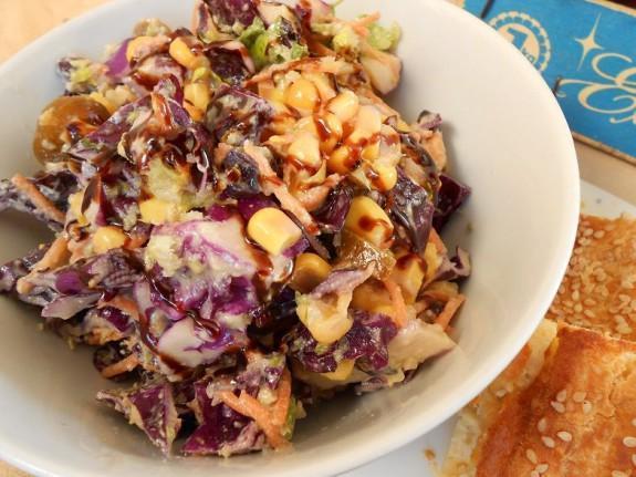 Λαχανοσαλάτα πικάντικη με σως από ταχίνι-Tangy coleslaw with tahini dressing