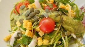 Σαλάτα με κολοκύθι καλαμπόκι και dressing από lime και αβοκάντο-Corn and zucchini salad with dressing avocado lime