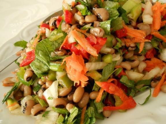 Σαλάτα με μαυρομάτικα φασολιά για συνοδευτικό ή κυρίως-Special salad of black-eyed