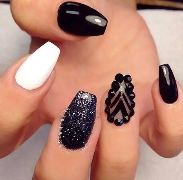 Εντυπωσιακά μαύρα νύχια με υπέροχα σχέδια που θα σας ξετρελάνουν!