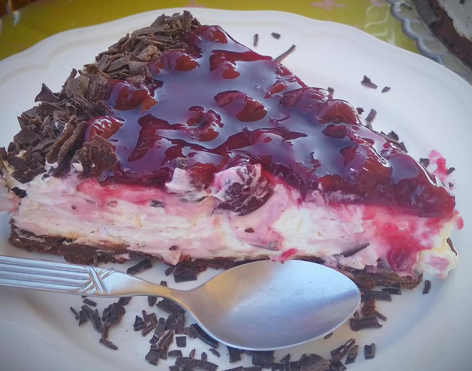 Cheesecake σαν μπλάκ φόρεστ με μπισκότα και βύσσινο