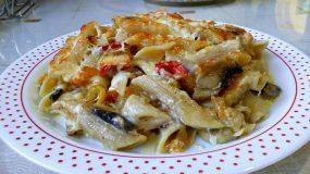 Πέννες ολικής άλεσης με λαχανικά και κρέμα γάλακτος στο φούρνο