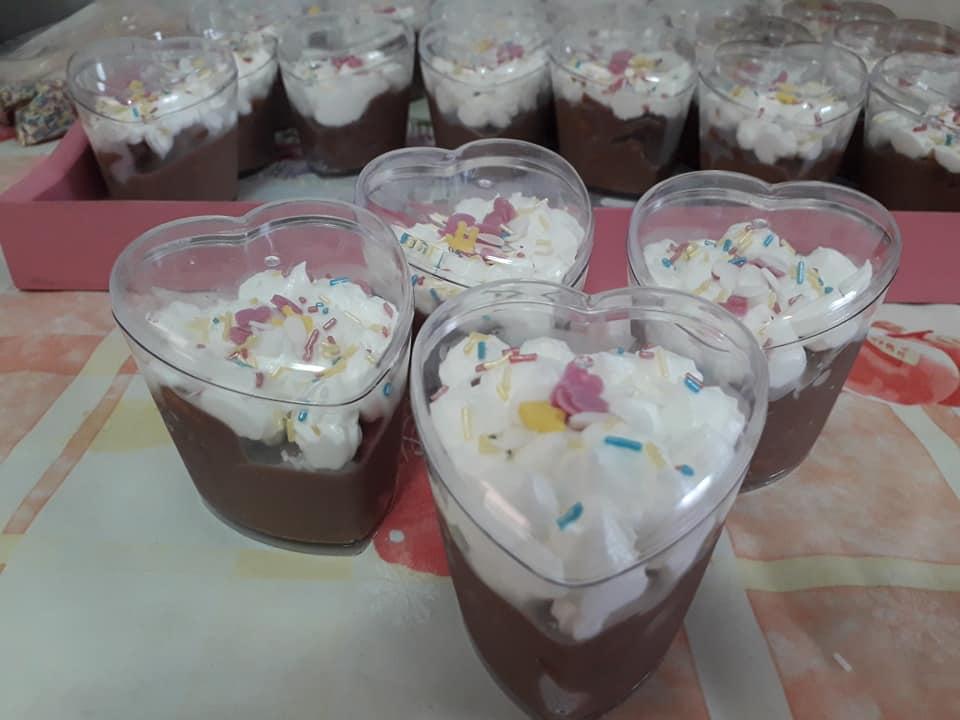 Ατομικά γλυκάκια με σοκολάτα και μπισκότο για το παιδικό πάρτι