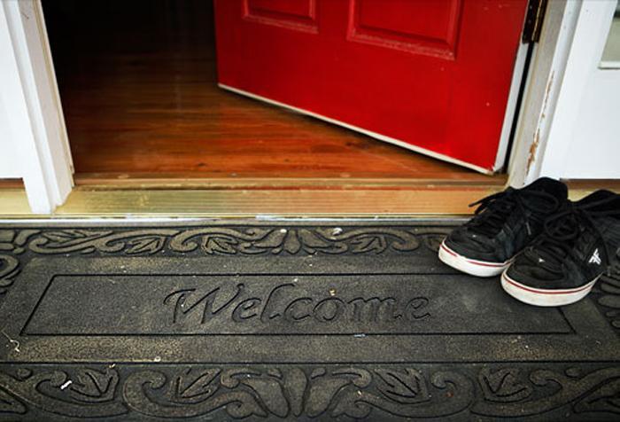 Δεν φαντάζεστε πόσα μικρόβια φέρνει ένας επισκέπτης στο σπίτι σας!