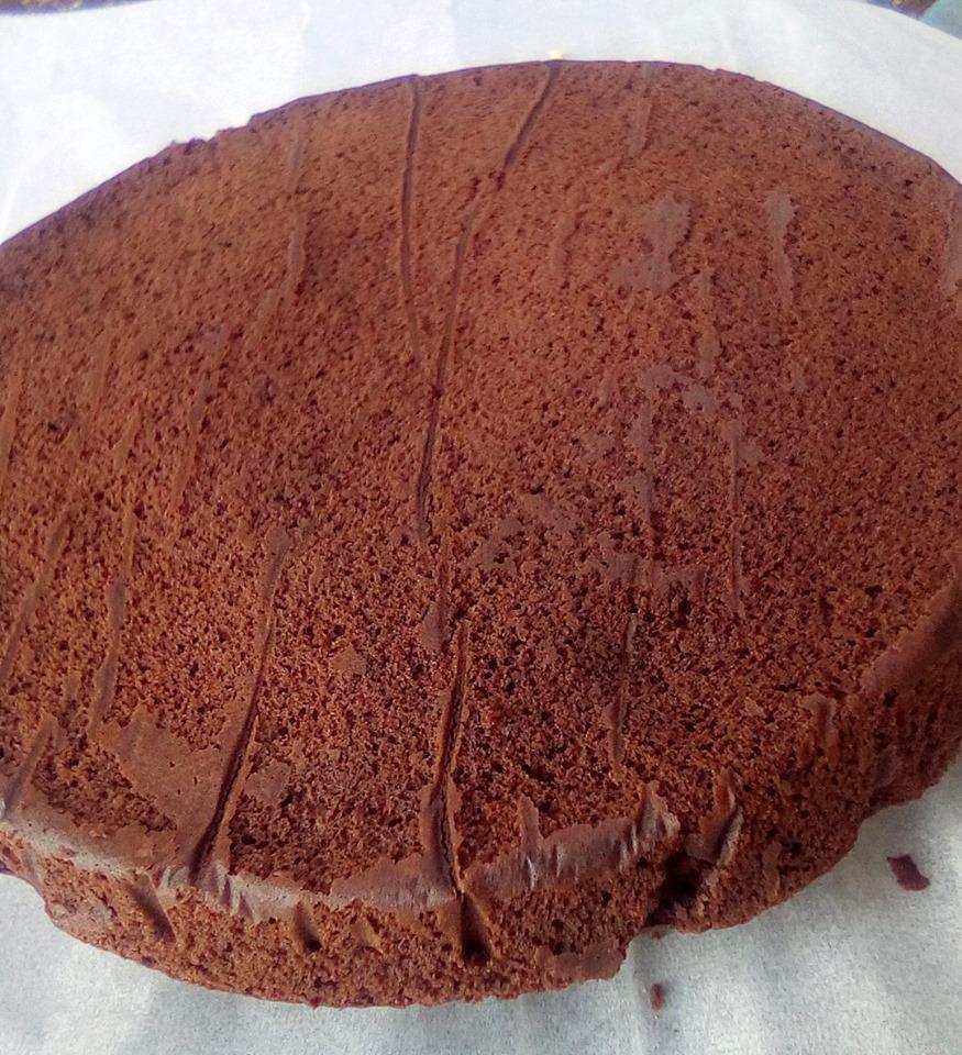 Σοκολατόπιτα με γέμιση βουτυρόκρεμας και γλάσο σοκολάτας