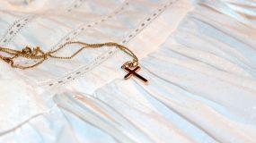 Αυτά μόνο στην Ελλάδα: Νονά έκανε αγωγή και ζητάει πίσω τον σταυρό από το βαφτιστήρι της!