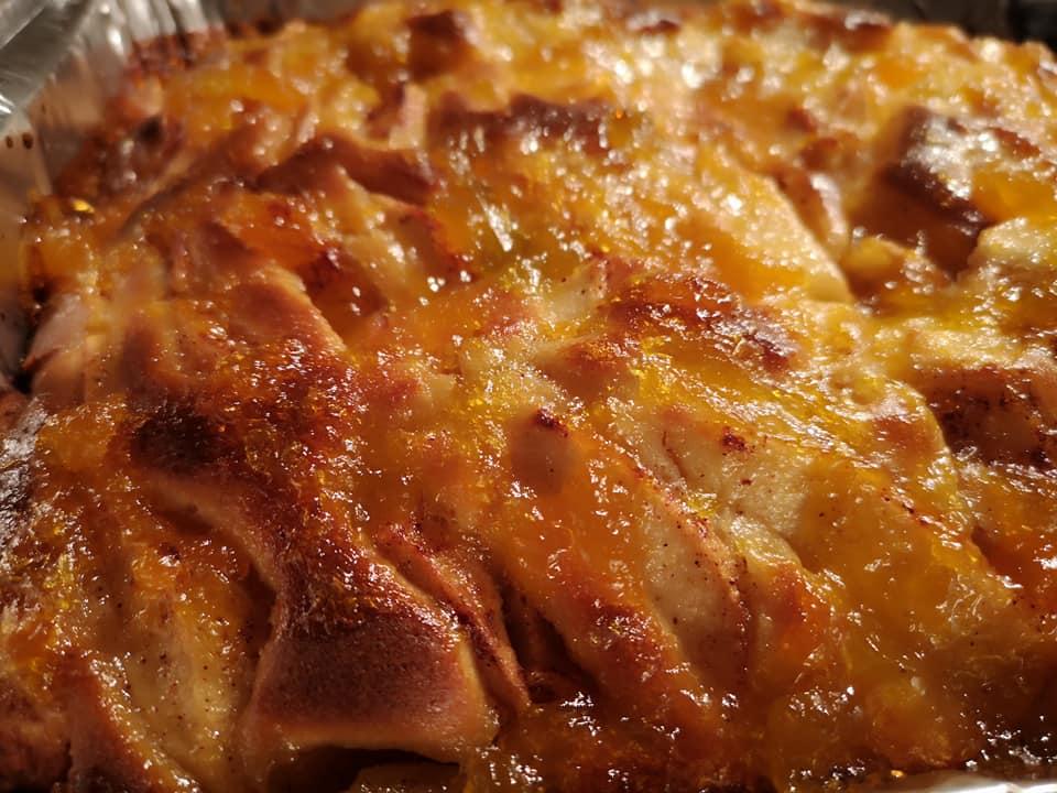 Εύκολη μηλόπιτα καραμελωμένη με κομματάκια μήλου .