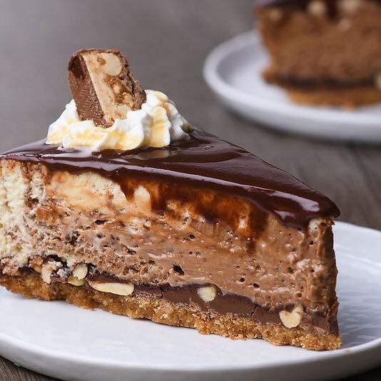 Cheesecake με σοκολάτα snickers και μπισκότα πραγματικά απολαυστικό!