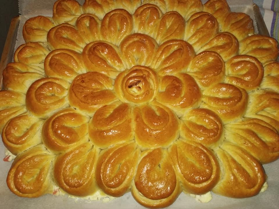 Αφράτη λουλουδένια πίτα σαν μπριός με ζαμπόν και φιλαδέλφεια
