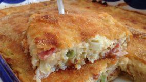 Πανεύκολη πίτα με πράσο μπέικον και τυρί σαν σουφλέ