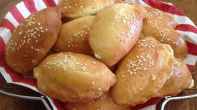 Τυροπιτάκια κουρού αφράτα χωρίς αυγά με σουσάμι