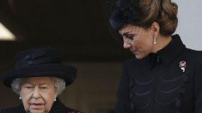 Οταν έκλαψε η βασίλισσα Ελισάβετ -Στην τελετή μνήμης, με Κέιτ Μίντλετον και Μέγκαν Μαρκλ, ντυμένες στα μαύρα (εικόνες)