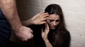 """""""Δεν σταμάτησε στην γροθιά, μ' έπιασε δυνατά από τον λαιμό"""" H ανατριχιαστική εξομολόγηση μίας kακοποιημένης γυναίκας"""