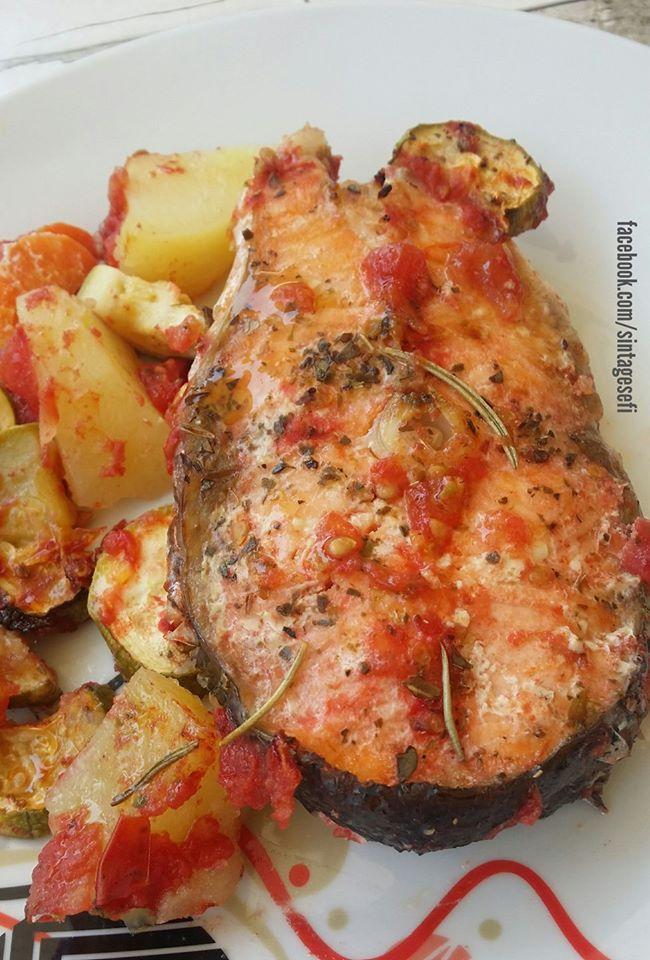 Σολομός στο φούρνο με πατάτες, λαχανικά και δεντρολίβανο