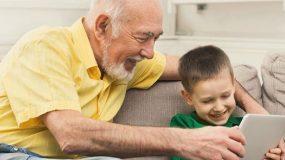 Γιατί οι παππούδες αφήνουν τα παιδιά να περνούν ώρες μπροστά στις οθόνες