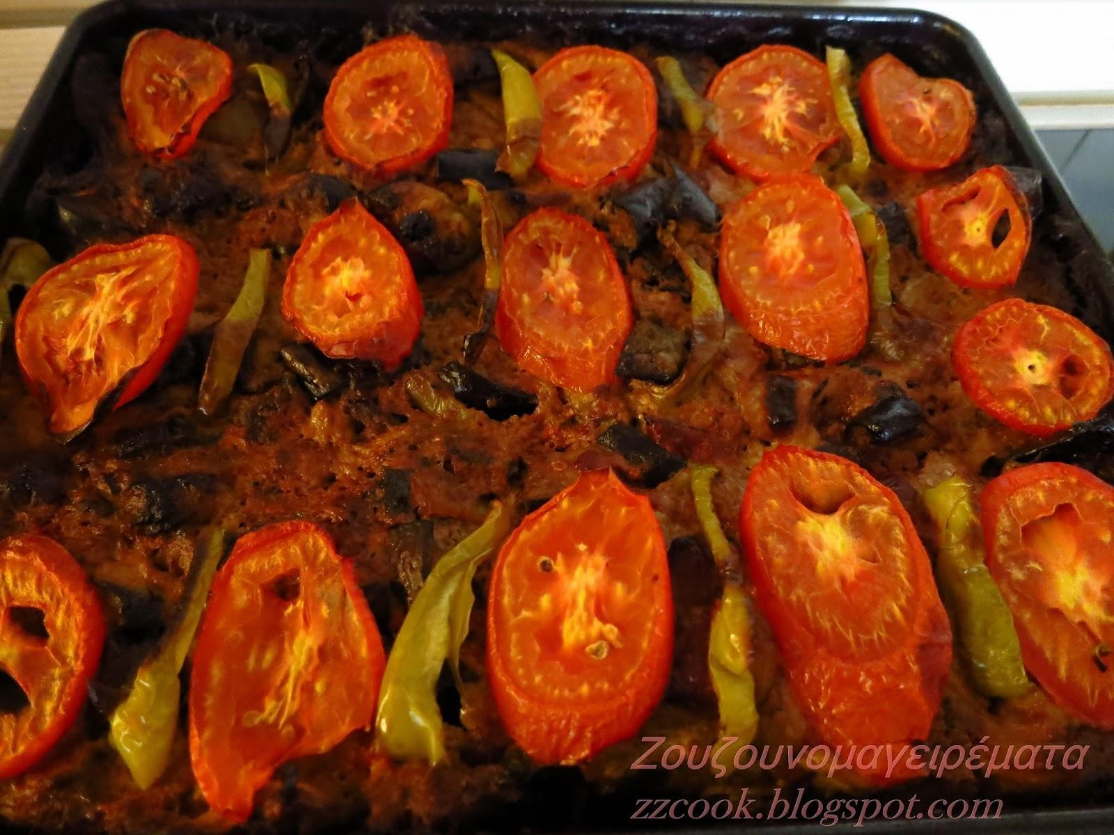 Μπιφτέκι ταψιού με μελιτζάνα, ντομάτες και πιπεριές στο φούρνο