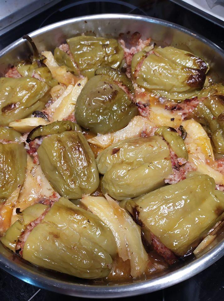 Πιπεριές γεμιστές με ρύζι και μανιτάρια στο φούρνο με πατάτες!