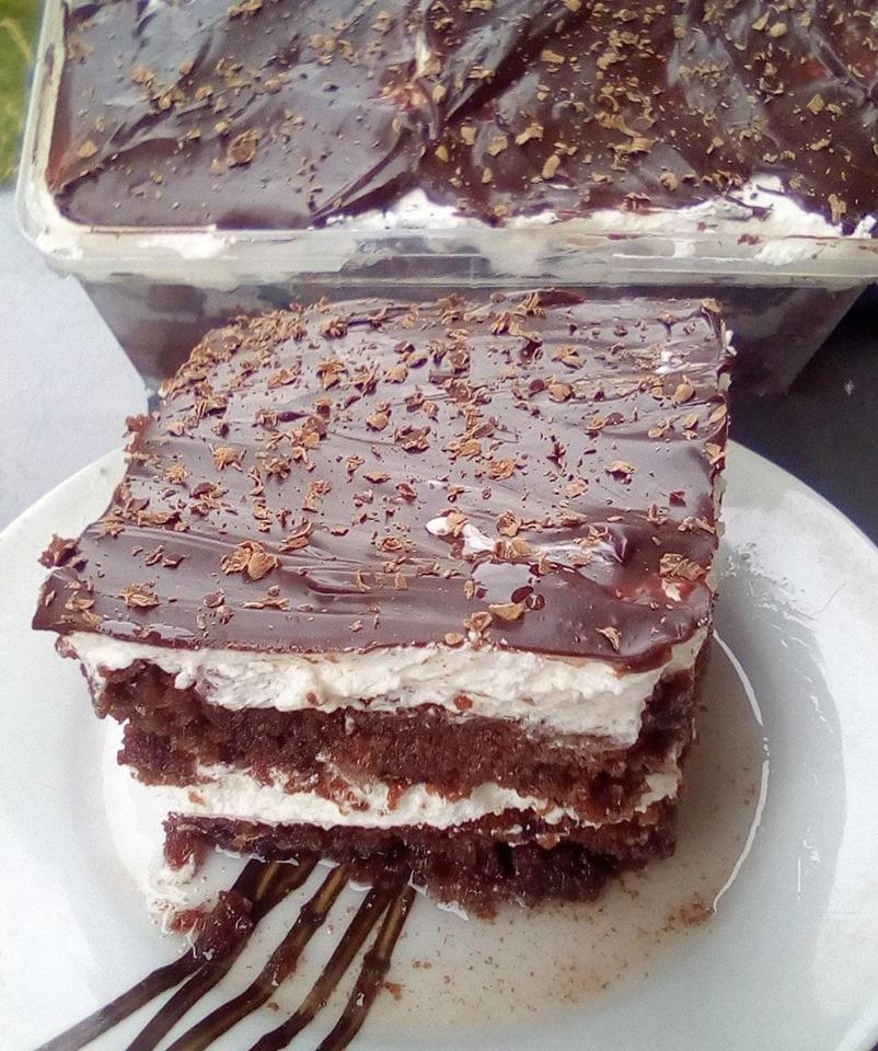 Αφράτη, σιροπιαστή τούρτα με σαντιγί και γλάσο σοκολάτας