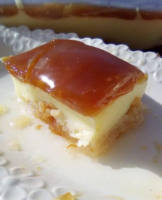Σιροπιαστό γλυκό με φρυγανιές, κρέμα και καραμέλα σκέτος πειρασμός!
