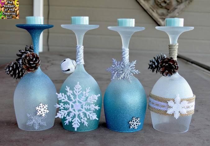 Χριστουγεννιάτικα κηροπήγια με κολονάτα ποτήρια με χιονονιφάδες κουδουνάκια και κουκουνάρια