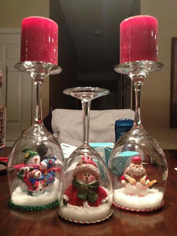 Χριστουγεννιάτικα κηροπήγια με κολονάτα ποτήρια με σαν χιονόμπαλες με φιγούρες Χριστουγεννιάτικες