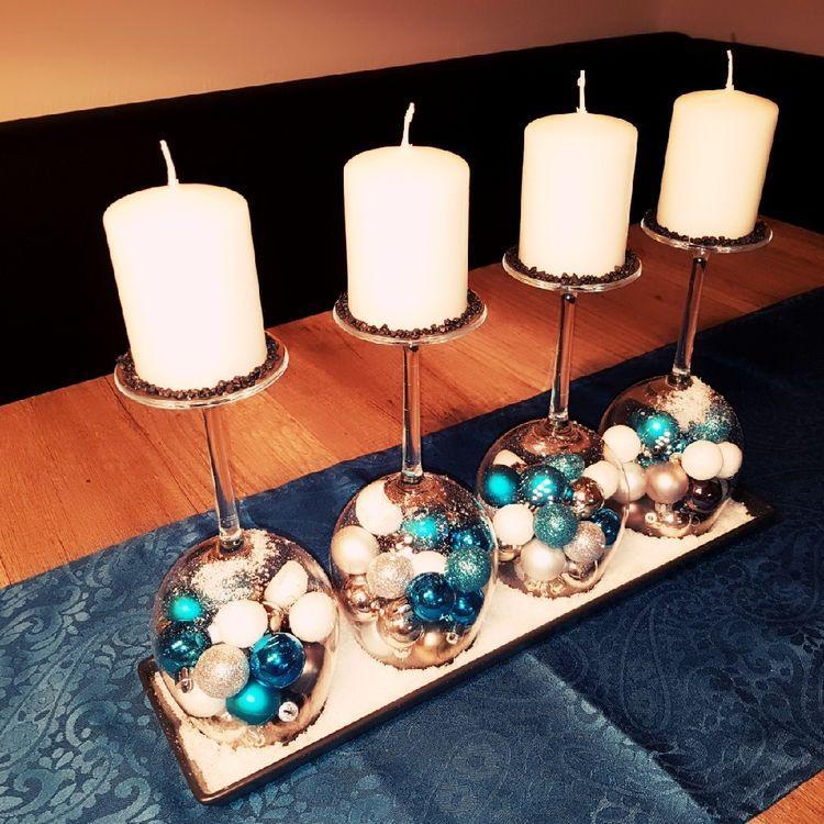 Χριστουγεννιάτικα κηροπήγια με κολονάτα ποτήρια με μπάλες Χριστουγεννιάτικες